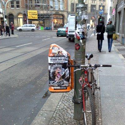 coincidental streetart on alte schönhauserstraße